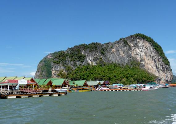 Ko Panyi, a kis thaiföldi úszó halászfalu mintegy kétezer embernek ad otthont. A település egy vízen lebegő focipályát is magáénak tudhat.