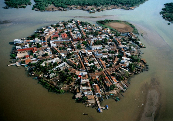 A Mexikó Velencéjeként emlegetett Mexicaltitan nyolcszáz ember otthona. A száraz évszakban olyan, mint bármelyik másik sziget, az esős időszakban azonban víz önti el az utcákat.