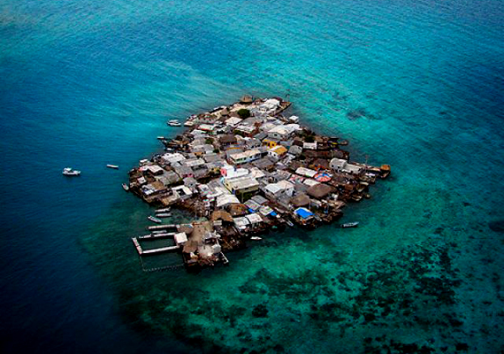 A kolumbiai Santa Cruz del Islote szigete olyannyira zsúfolt, hogy madártávlatból úgy tűnik, mintha az egész település a vízen lebegne.