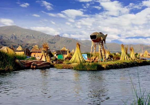 A perui Uros úszó falu a világ egyik leghíresebb lebegő települése.