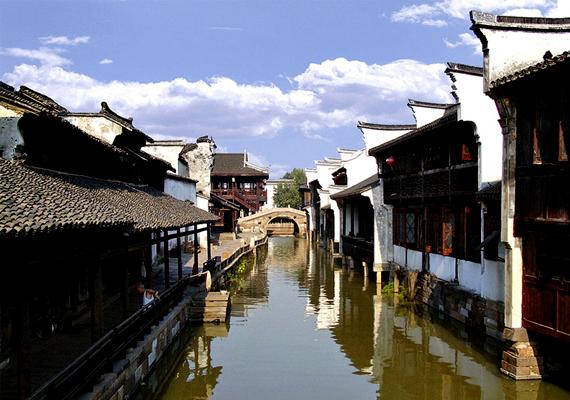 A Wuzhen vízi város néven ismert kínai települést csatornák hálózata szövi be, az itt élők közlekedését pedig csónakok, illetve vízi taxik segítségével oldják meg.