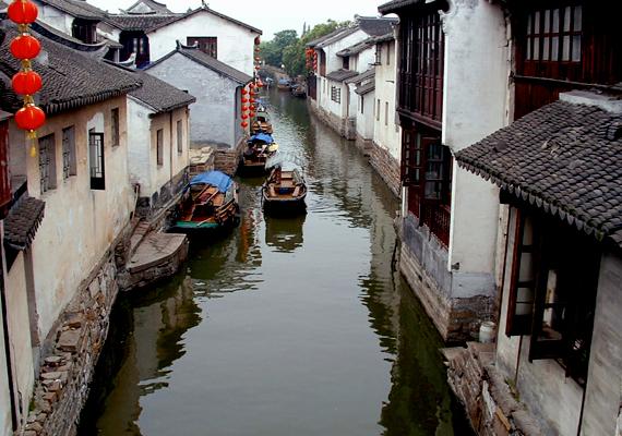 A szintén Kínában található Zhouzhang lebegő városának egyes részeit 14 kőhíd köti össze, melyek közül egyet még a Ming dinasztia idején építettek.
