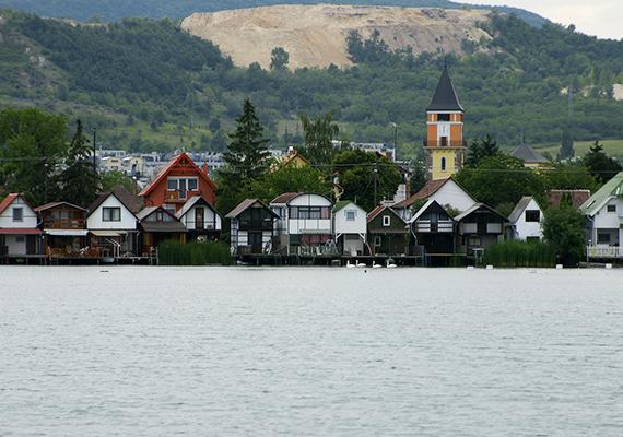 Horgászházak sorakoznak a Dorogi- vagy más néven Palatinus-tó partja mentén. A mesterséges bányató, mely közigazgatásilag Esztergomhoz tartozik, hazánk egyik legtisztább vizű tavát jelenti.