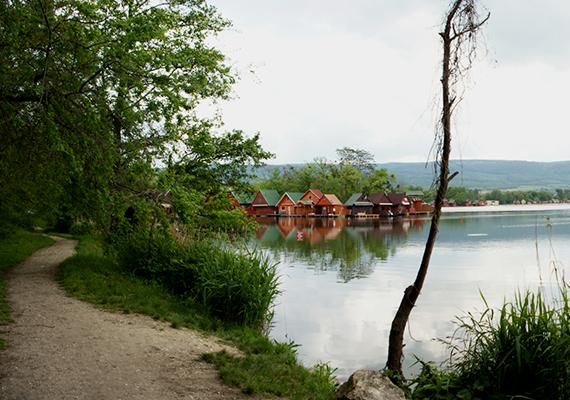 Szintén híresek az igazi horgászparadicsomnak számító tatai Derítő-tó házai. Az Öreg-tó védelme miatt létrehozott tavon általában eladó házakat is találni, de ki is lehet bérelni ezeket.