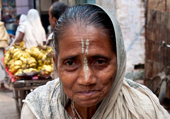 Nagyon ritka, hogy egy özvegy újraházasodjon, így sorsuk férjük halála után gyakorlatilag megpecsételődik: a társadalom sokszor megveti őket, környezetük, sőt, családjuk is kiközösíti a magányos asszonyokat.