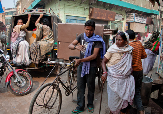 Sokan egészen fiatalon kerülnek ide - mivel már tizenévesként kiházasítják a lányokat, és általában idősebb férfihoz adják őket -, ugyanakkor jelentős számban élnek az utcákon idős, komoly betegségekkel küzdő asszonyok, akik sürgősen egészségügyi ellátásra szorulnának.