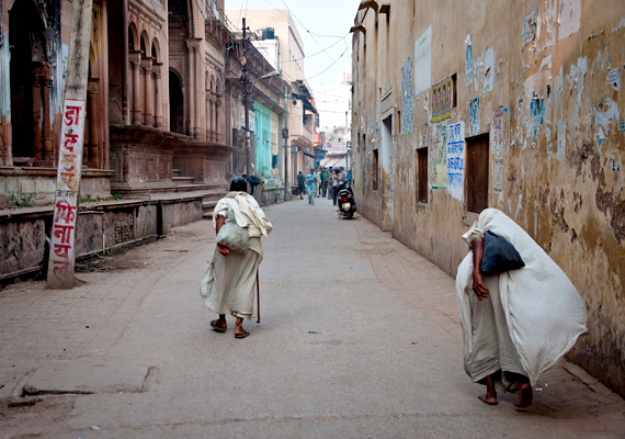 Miután elűzték őket, és magukra maradtak, iskolázottság hiányában nem tudnak mihez kezdeni: sokan kilométerek százait teszik meg, hogy egy-egy szent városban menedéket találjanak: Vrindavan utcáin körülbelül 15-20 ezer özvegy él.