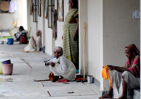 Indiában körülbelül 40 millió özvegy él szegénységben, kilátástalan élethelyzetükért azon sajátos hagyományok tehetők felelőssé, melyek szerint az özvegy balszerencsét jelent, férje haláláért pedig az asszony múltbéli bűnei okolhatók.