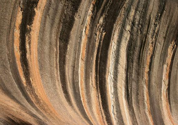 A gránitkibukkanás részének számító Hullám-szikla mai formájának kialakulásában az eróziónak, többek között a csapadékvíznek is komoly szerepe volt: a színek és csíkok a sziklafalon lecsorgó víznek köszönhetik létüket, mely kimarta a gránitot, majd a kioldódott anyagok megszínezték a sziklát.