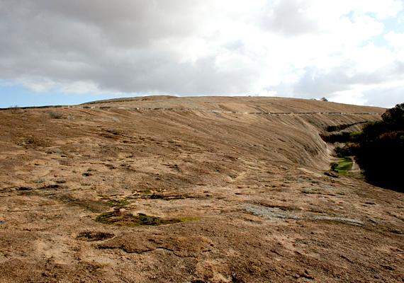A 14 méter magas és 110 méter hosszú hullám a Hayden Rock nevű gránitmaradvány északi részén látható. A helyet több mint 140 ezer turista látogatja meg minden évben.