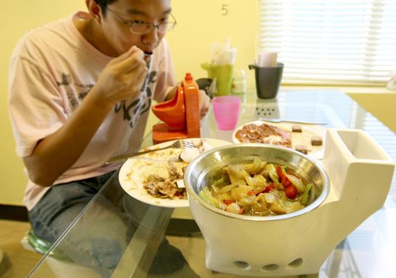 Menü a kínai étteremben, nagyobb és kisebb WC-kagylókkal körítve.