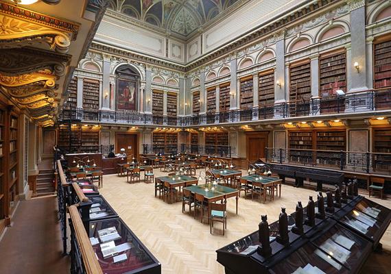 Thaler Tamás fotóján az Egyetemi Könyvtár belső terme látható.