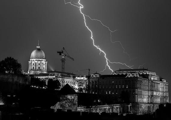 A Budavári Palotáról készült kép OliverHuber nevét dicséri.