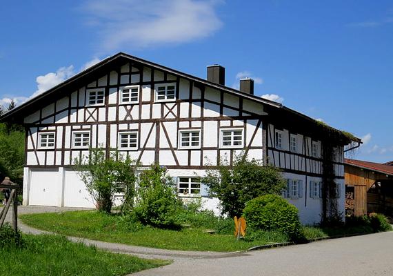 A helyiek rájuk is gondoltak egy szálloda formájában, mely a megnövekedett idegenforgalmi igényeket is ki tudja elégíteni. A képen a falu régi malma látható.