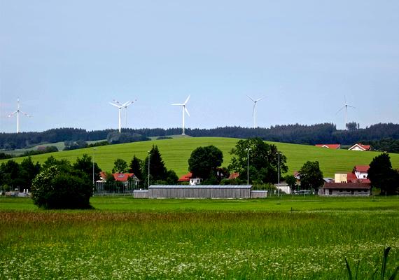 Ma többek között szélturbinák sokasága, biomassza-gázüzem, mini vízerőművek és környezetbarát víz-, illetve szennyvízelvezető rendszer működik a faluban. Mindemellett 190 épületet szereltek fel napelemmel.