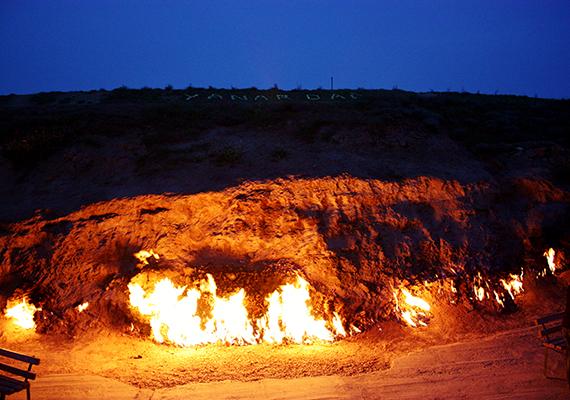 Könnyen lehet, hogy a tüzet ha tudnák, sem akarnák eloltani a helyiek, ugyanis a látványosság jelentős idegenforgalmat generál - a turisták szerint a legszebb látványt éjszaka nyújtja, ilyenkor a közeli teázóban megpihenve is megcsodálhatják.