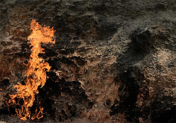 Az akár három méterre is felcsapó lángok a gázszivárgásnak köszönhetik olthatatlanságukat.