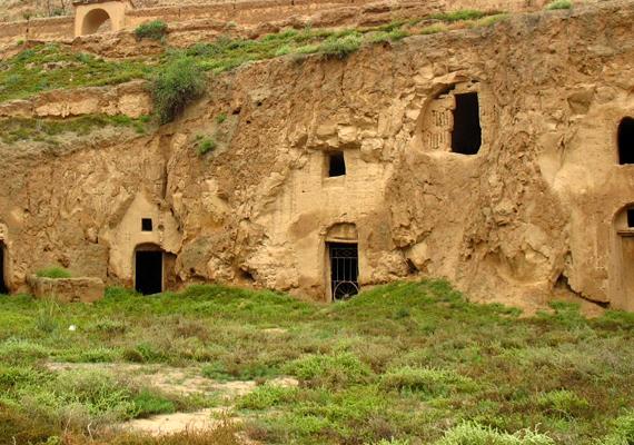 Ezek a barlanglakások a Zhangjiashu nevű faluban, Ningxiában láthatók. Léteznek nagyon egyszerű lakások, melyeken például ajtó sincs, és csupán papír vagy pokróc helyettesíti azt, de van, ahol az elektromosságot és a folyóvizet is bevezették.