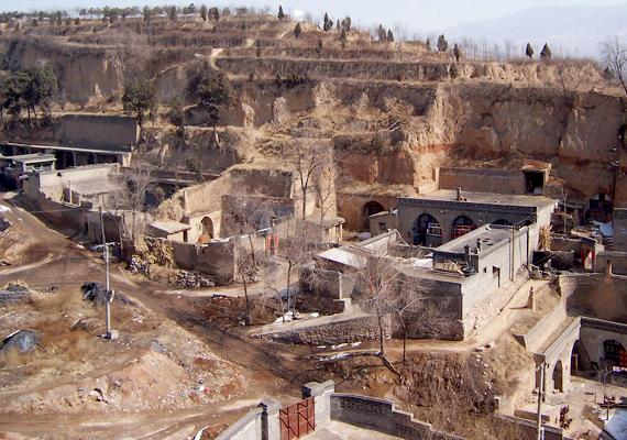 Barlanglakások Lingshi megyében. A yaodongok különösen jellemzőek Gansu, Shaanxi, Henan és Ningxia régióira, azokra a helyekre, ahol könnyebb kivitelezni hasonló építményeket a puhább kőzet miatt.