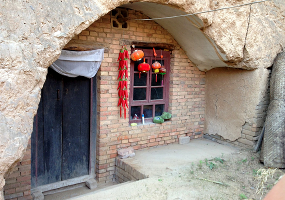 Barlanglakás bejárata Shaanxi tartományban. A jellegzetes yaodongokra a turisták is kíváncsiak, a szervezett túrák az adott régiókban rendszerint magukban is foglalják ezek meglátogatását.