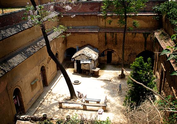 Föld alatti lakóhelyek Luoyangban, Henanban. A barlanglakásokat praktikus okoknál fogva is előszeretettel választják a helyiek: olcsó a kivitelezés, a megépítéshez nem kell komoly tapasztalat, emellett az sem utolsó szempont, hogy a mezőgazdaságban dolgozók így nem veszítenek a házépítés miatt értékes területet földjeikből.