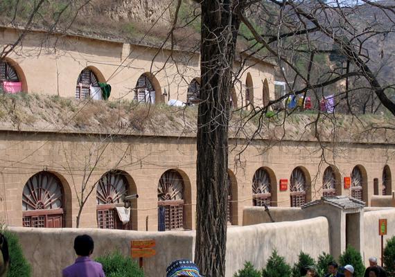 Az ilyen házak további előnye, hogy télen tartják a meleget, nyáron viszont hűsítenek. A képen egy Yan'anban található barlanglakás-komplexum látható.