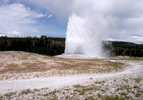 A nemzeti park és a világ talán leghíresebb gejzíre, az Old Faithful a felső gejzírmedencében található.