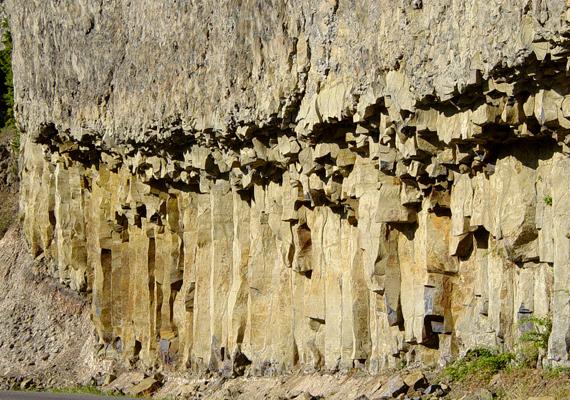 A vulkanikus tevékenység nyomai a park szinte egész területén tetten érhetőek: itt például oszlopszerű bazaltformációk képében.