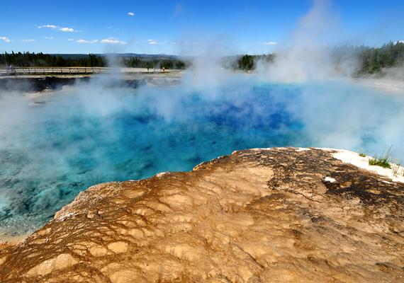 A szupervulkán olyan tűzhányót jelent, mely egy kitörés alkalmával akár háromszáz köbkilométer magmát is a felszínre bocsáthat.
