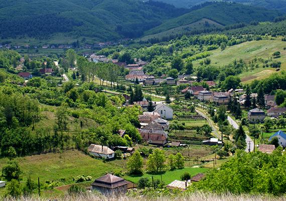 A Tarna-folyó völgyében, illetve a Medves-fennsík peremén fekvő Zabar csodaszép látványt nyújt, a hegyek és dombok közé zárt település ugyanakkor fagyzugnak, illetve hidegkatlannak számít, ahová lesüllyed, majd megreked a hideg levegő.