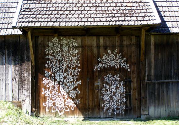 A kapukat, a melléképületeket és a kerítéseket is dekorálják.