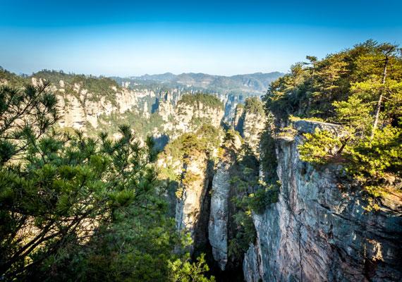 A lenyűgöző hely 4810 hektárt tudhat a magáénak, 1982-ben nevezték ki hivatalosan Kína első nemzeti erdőparkjává.