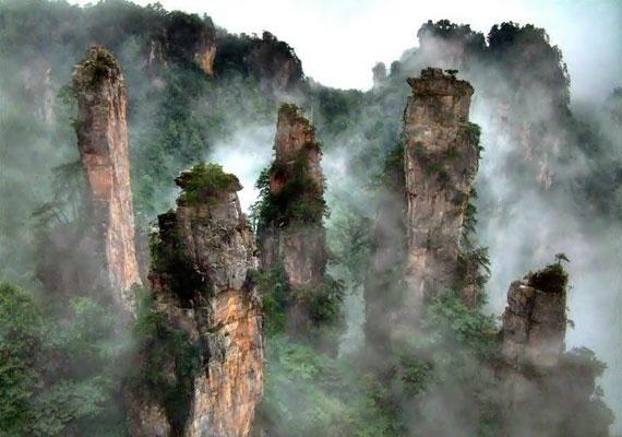 Sűrű köd esetén a kőoszlopok olyan látványt nyújtanak, mintha a levegőben úsznának.