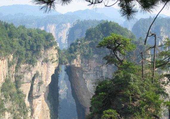A nemzeti parknak két természetes hídja is van: az egyik a Xianrenqias, vagyis a Halhatatlanok hídja nevet viseli, a másik pedig Tianqiashengkong, azaz Híd az égen. Utóbbi 40 méter hosszú, 10 méter széles, ráadásul 357 méteres magasságban található, mellyel a világ legmagasabb természetes hídja.