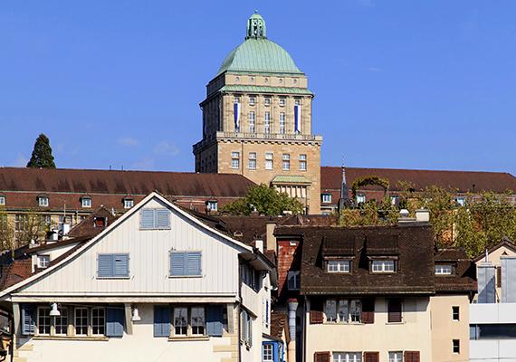 A zürichi egyetem épületének részlete.