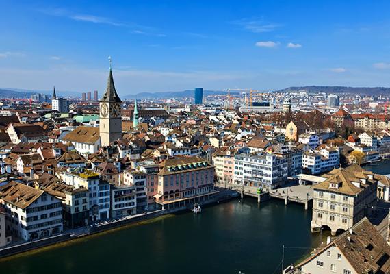 Festői panorámakép a zürichi óvárosról, a Szent Péter-templom híres óratornyával, mely Európa legnagyobb számlapú óráját tudhatja a magáénak.