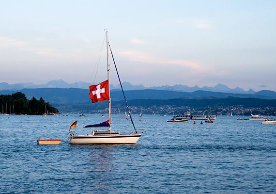 Kis hajó a Zürichi-tó vizén.
