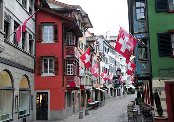 Jellegzetes utcácska a zürichi óvárosban.