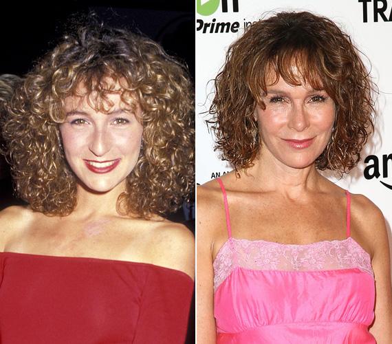 Jennifer Grey lényegében egyetlen filmmel írta be magát a filmtörténelembe - ez volt az 1987-es Dirty Dancing, amelyben a szerelmes diáklányt, Babyt játszotta. Az utóbbi években leginkább félresikerült plasztikai műtétei kapcsán lehetett róla hallani a színésznőről, aki március 26-án töltötte be az 54. életévét.