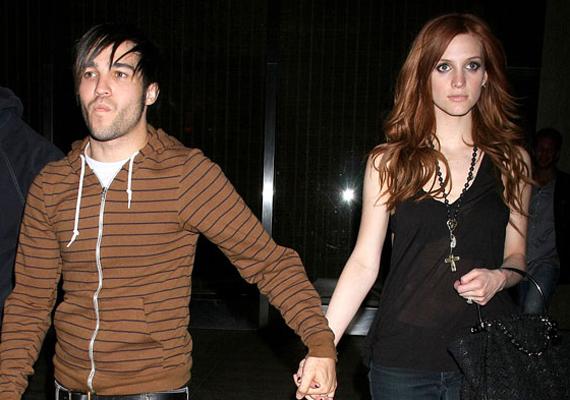 Ashlee Simpson férjével, Pete Wentz-cel közösen egy nyilatkozatot adott ki, mely szerint alapos megfontolást követően döntöttek a válás mellett.