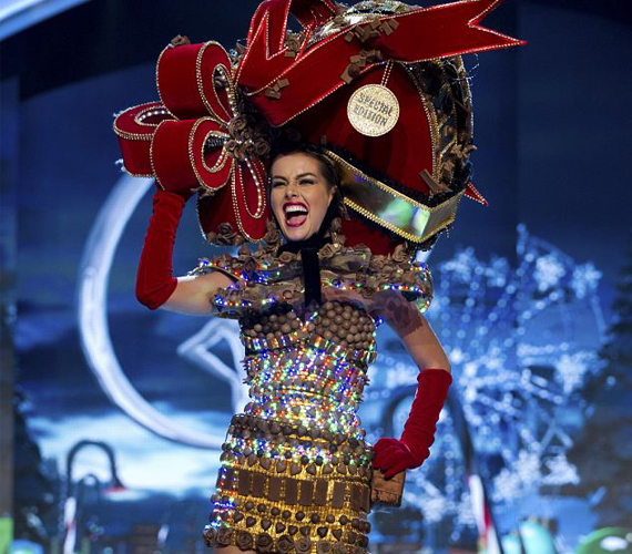 A legbizarrabb ruha díját Miss Venezuela vihette haza, aki talpig csokiban jelent meg a kifutón.