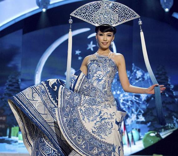 Kína legszebbje a porcelánfestő hagyományaikat szerette volna megmutatni ruháján.