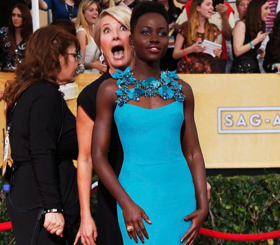 A márciusi Oscar-gálán voltak a sztárok a legaktívabbak, már ami a photobombot illeti, szinte bombalánc alakult ki: ezen a fotón Emma Thompson zavarta meg Lupita Nyong'o bevonulását a vörös szőnyegen.