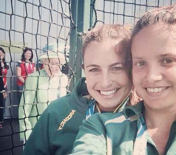 Az ausztrál hokicsapat két játékosa, Taylor and Flanagan éppen szelfizte magát a júliusi Nemzetközösségi játékok alkalmával, amikor a királynő is feltűnt a képen, és a háló mögül a kamerába mosolygott. A kép rengeteg lájkot és megosztást kapott a Twitteren és az Instagramon is.