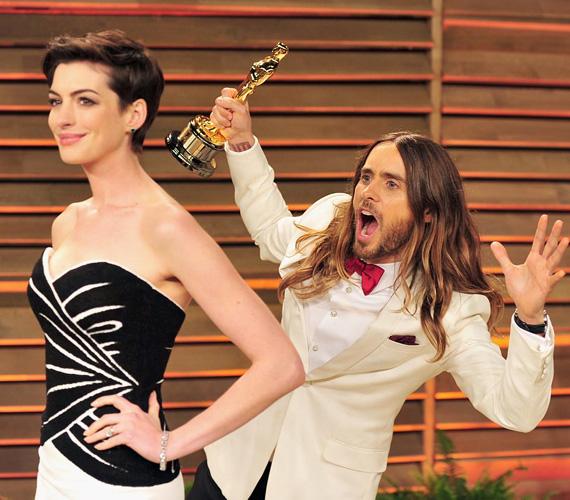 Azért Jared Leto pillanata is eljött: még mindig az Oscar-szobrot szorongatva mókázott Anne Hathaway háta mögött, amikor a színésznőt fotózták.