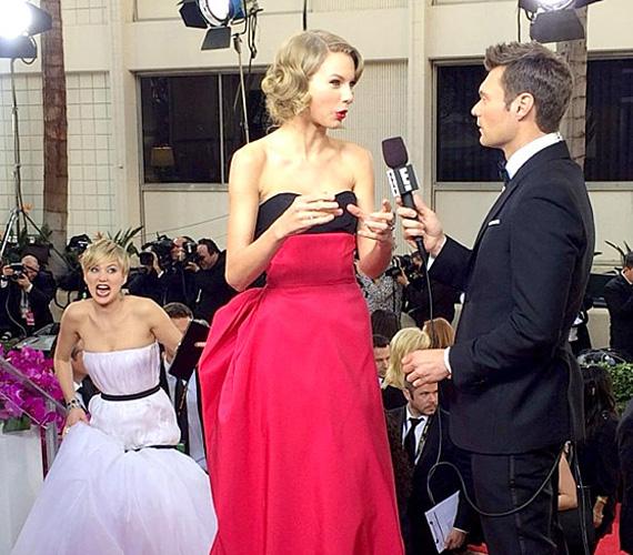 A mókás kedvű Jennifer Lawrence a Golden Globe egyik emlékezetes fotóján settenkedik az éppen interjút adó Taylor Swift háta mögött. Végül aztán nagy ölelés lett belőle, bár az arckifejezése mást sugallt.