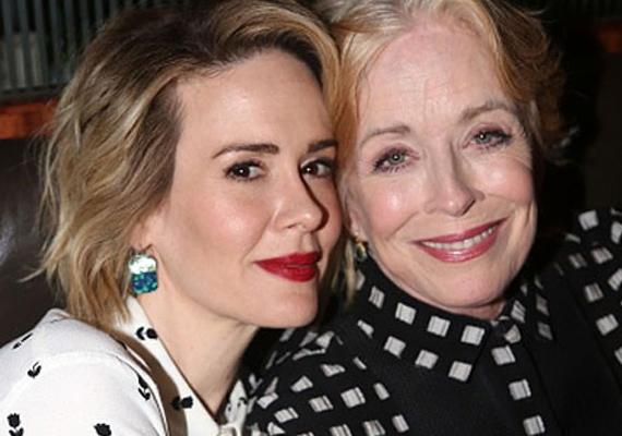A Két pasi meg egy kicsi című sorozatban Charlie és Alan édesanyját alakító Holland Taylor bevallotta, a saját neméhez vonzódik. A színésznő megtalálta élete szerelmét a 32 évvel fiatalabb Sarah Paulson személyében, ezért döntött úgy, hogy 72 évesen színt vall a világ előtt.
