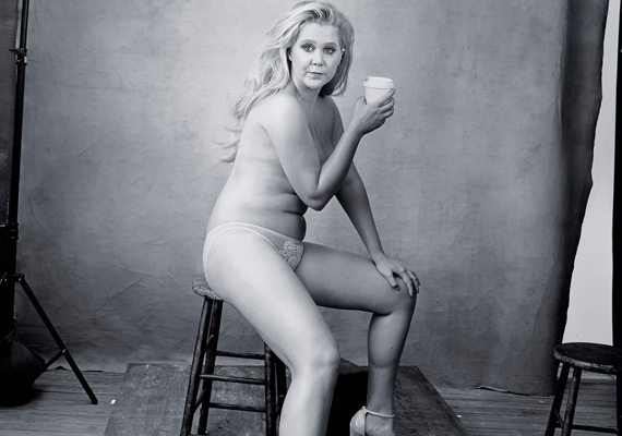 Amy Schumer a 2015-ös Pirelli-naptárhoz dobta le a ruháit. A duci színésznő nem szégyenlősködött, büszke telt idomaira.