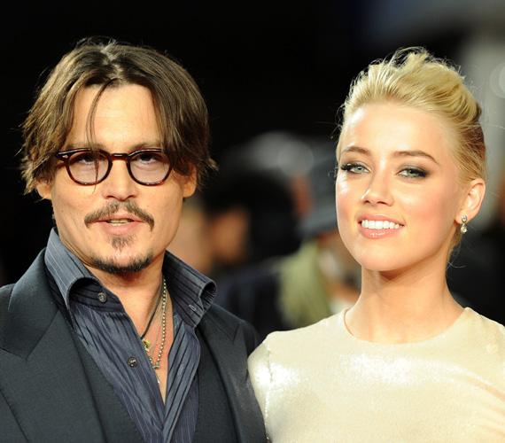 Johnny Depp ugyanebben a hónapban végre feleségül vette 23 évvel fiatalabb kedvesét, a csodálatosan szép Amber Heard színésznőt. Az igent a színész otthonában mondták ki, később pedig 50 fős bulit csaptak a Bahamákon, Johnny magánszigetén.