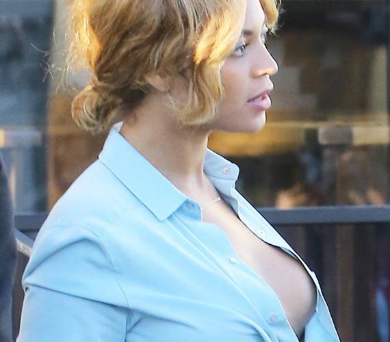 Beyoncé oldalcicije villámgyorsan körbejárta az internetet, ugyanis mindenki kíváncsi volt B királynő bájaira. A villantás az énekesnő esetében persze nem volt szándékos, csak a nagy meleg miatt kigombolt inge csúszott félre, a paparazzók pedig azonnal lecsaptak a kínálkozó lehetőségre.